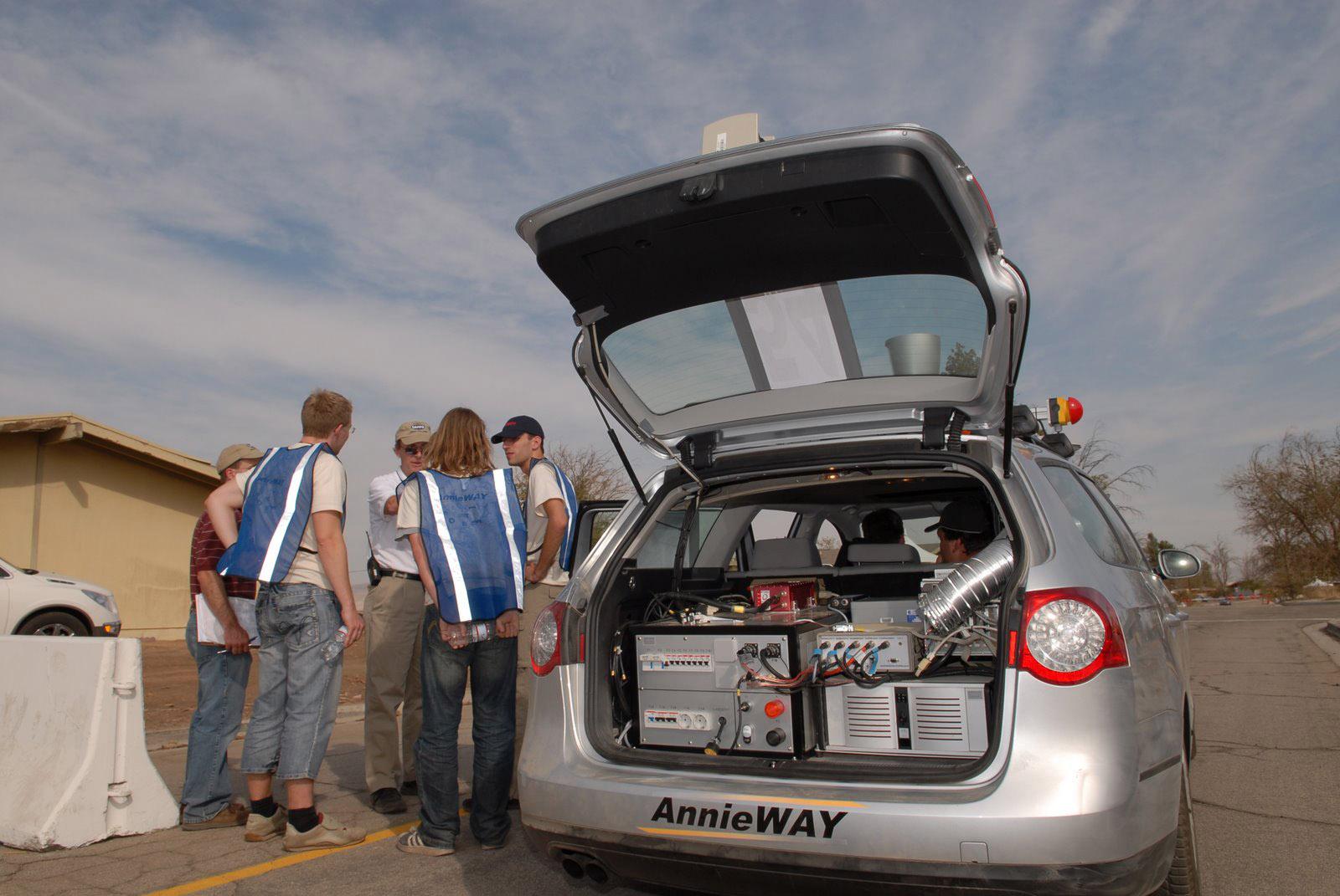 DARPA Urban Challenge je dvojmiliónová súťaž pre autonómne automobily