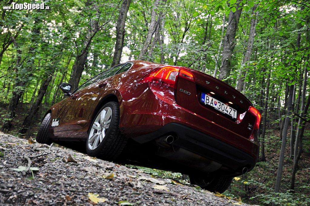 Volvo S60 T6 má vzadu dve samostatné koncovky výfuku ako výkonné verzie s veľkým a silným motorom