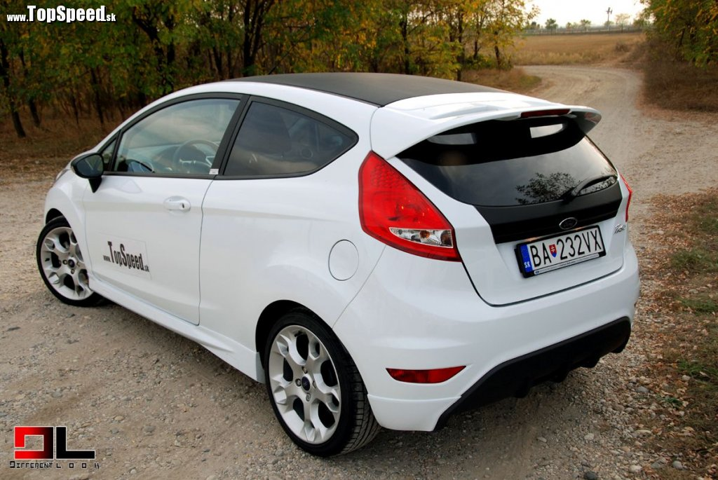 Testovaná verzia Fiesta SportEdition bola atraktívne polepená čiernou fóliou, ktorá na pohľad i dotyk pripomínala štruktúru karbónu