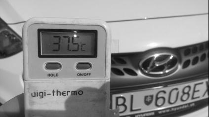 NIČIA VÁS HORÚČAVY? ČIERNE A BIELE AUTO MAJÚ ROZDIEL VIAC NEŽ 11°C!