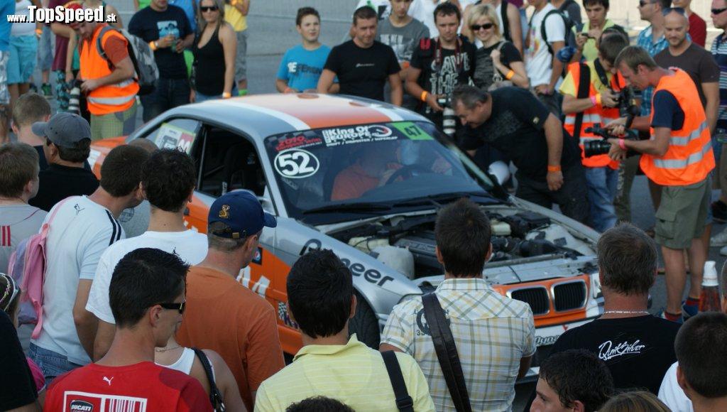 Fanúšikovia takto obliehali po skončení pretekov auto najlepšie jazdiaceho Slováka, ktorý skončil na II. mieste.