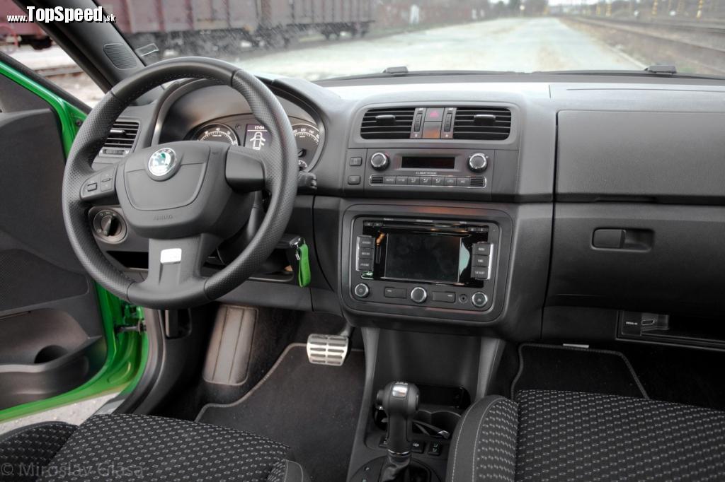 Posed je dosť vysoký aj v najnižšej polohe, ergonómia pracoviska vodiča je však viac než slušná