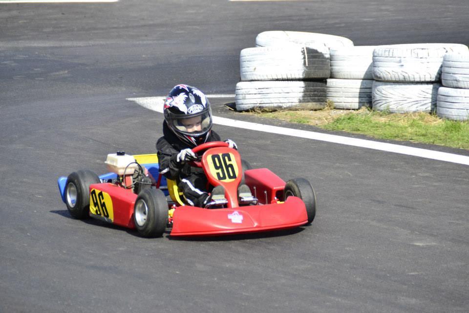 Matej Koník má len 8 rokov a už jazdí motokáry