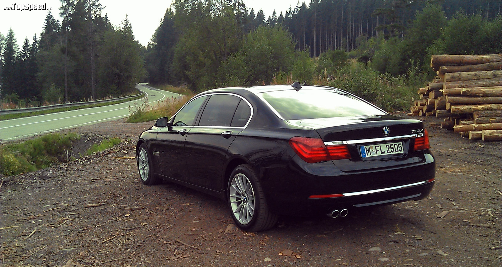 Kto z koho? BMW 730Ld je viac než schopné auto aj na takýchto cestách.