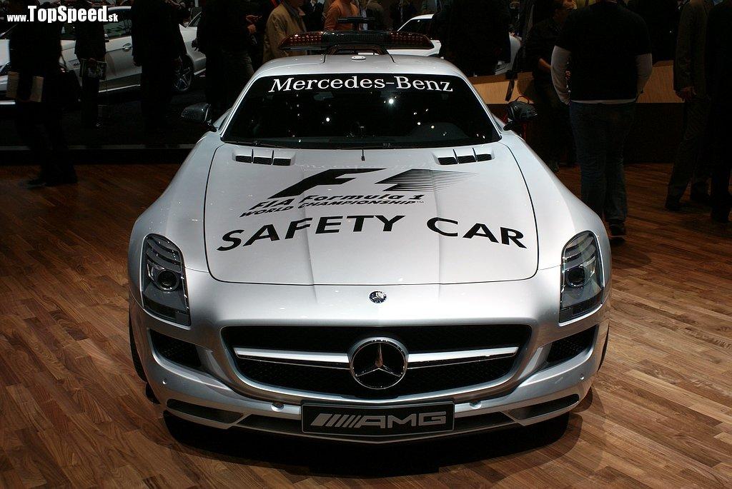 Celým menom sa táto stíhačka volá Mercedes Benz SLS AMG Official F1 Safety Car