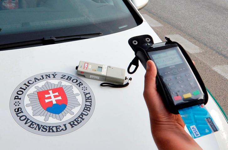 POLICAJTI PLATOBNÉ TERMINÁLY DOSTANÚ VRAJ V PROSPECH MOTORISTOV. NAMIESTO 55 AŽ 1500!