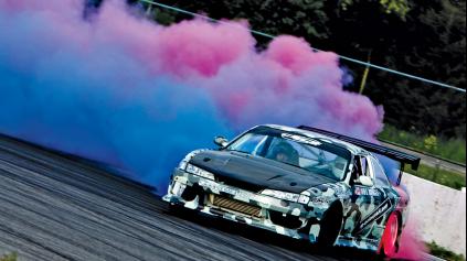 Pre dym z pneumatík si už drifter môže farbu vybrať