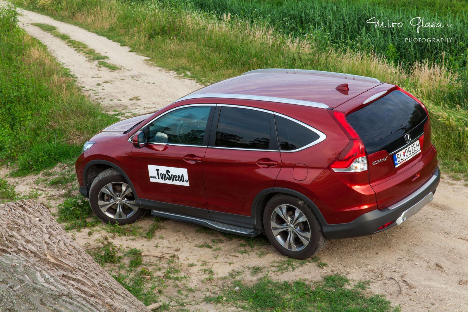 Honda CR-V sa nezľakne ani ľahšieho terénu. Ale tam sa aj tak skoro nikdy nepozrie...