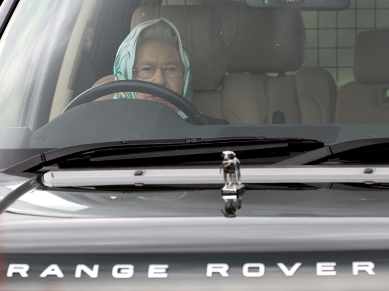 Britská kráľovná Alžbeta II šoféruje sama