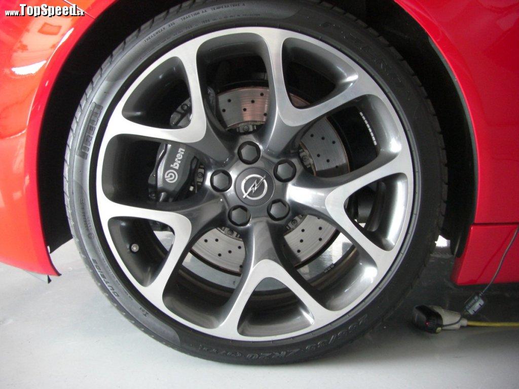 Samotný strmeň OPC je až o 2,5 kg ľahší, než na verzii V6 Sport. Predný kotúč je ľahší o 1,4 kg.