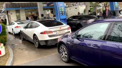 Pomsta elektromobilov. Na protest blokovali čerpaciu stanicu