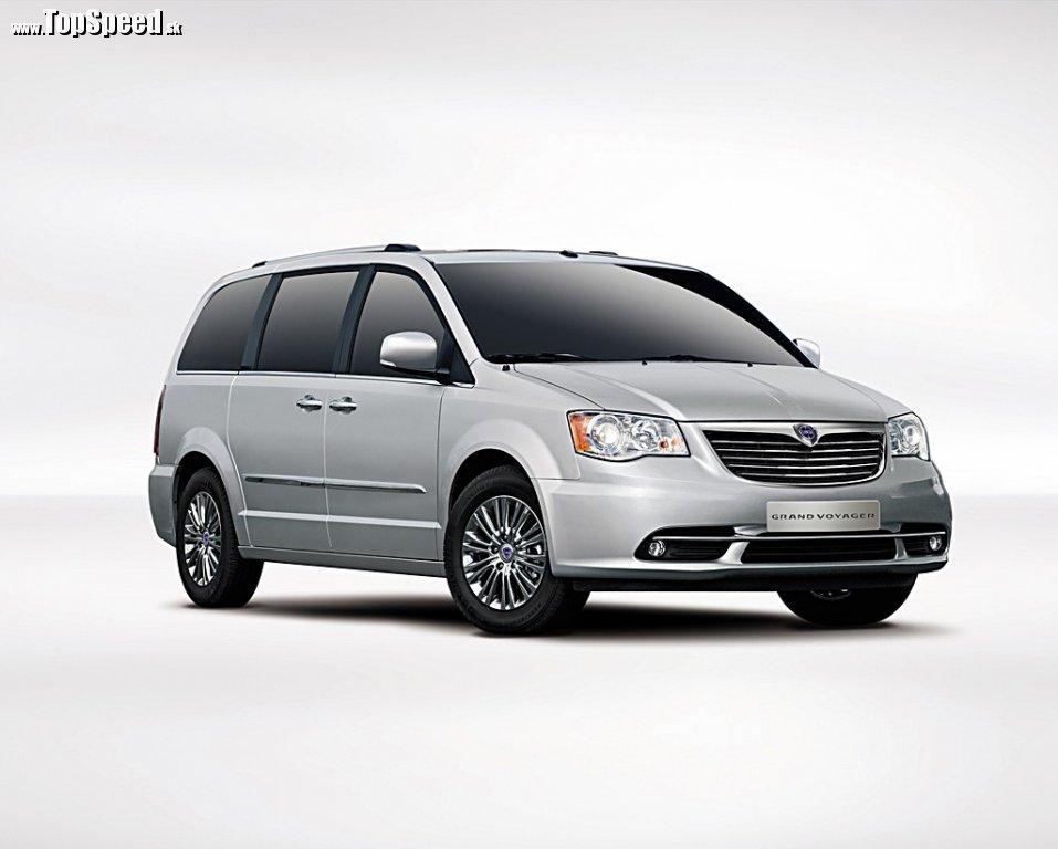 Poznáte ho? Áno, jedná sa o notoricky známy van Chrysler Grand Voyager, v tomto prípade ale nesúci na prednej maske znak Lancia. Svojho času ale mali taliani vo svojej stajni MPV menom Lancia Zeta, je teda otázne, prečo tá zmena mena...