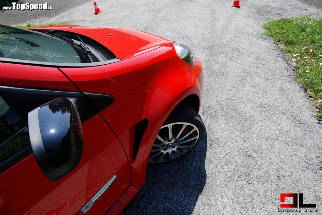 Clio RS sa zrodilo zo spolupráce s expertmi tímu Renault F1. Difúzor vzduchu vyvíja vo vysokej rýchlosti aerodynamický prítlak až 40 kg! Prúdenie optimalizujú vývody za prednými blatníkmi a ohybná lišta pod predným nárazníkom. Výsledok? Koeficient Cx nižš