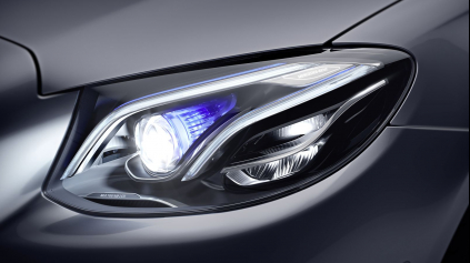 Ako fungujú Multibeam LED svetlá v novom Mercedese E?