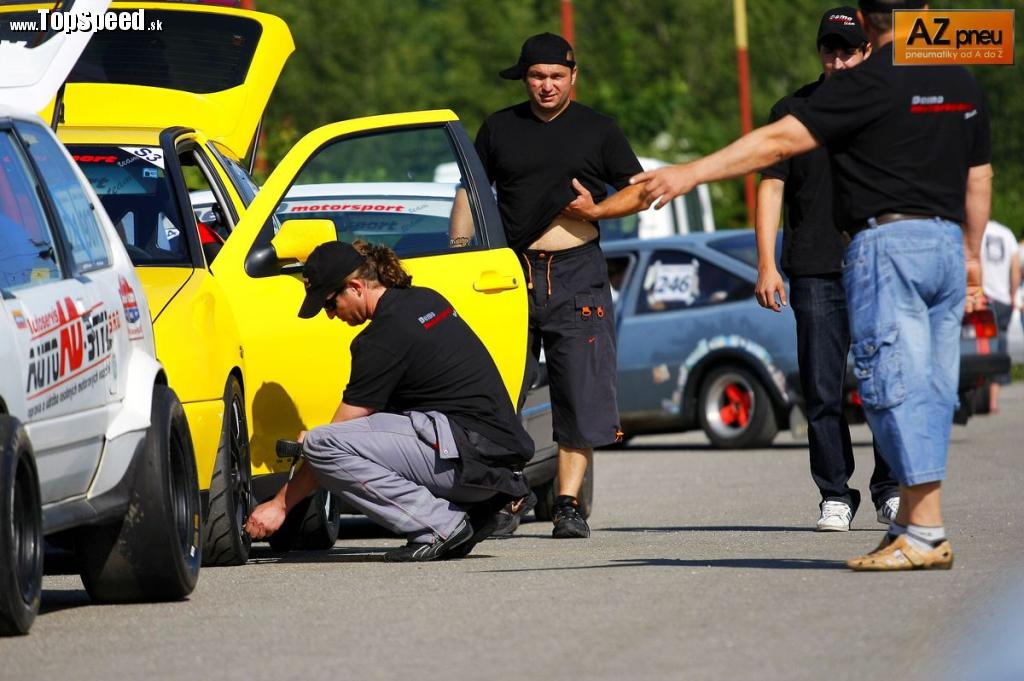Samozrejme, príprava je hlavná téma aj v depe. Tlaky v pneu sú jedným z najdôležitejších faktorov. Ibizu Cupra2 kontroluje Andrej Bognár.
