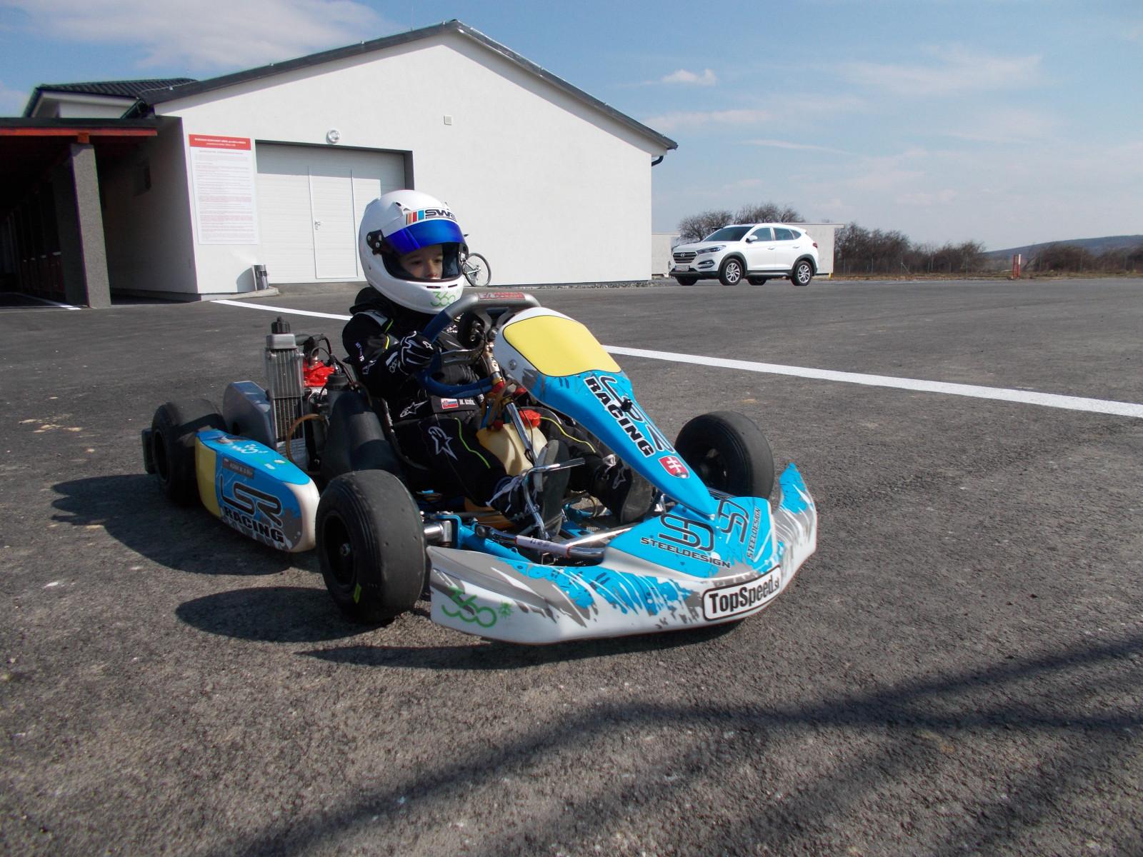 Matej Koník sa priravuje na sezónu na motokárovej dráhe v Dlhej