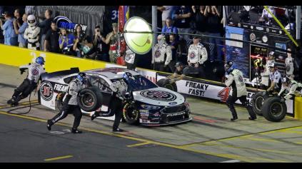 NASCAR AUTÁ LIETALI DO BOXOVEJ ULIČKY RÝCHLOSŤOU 250 KM/H!