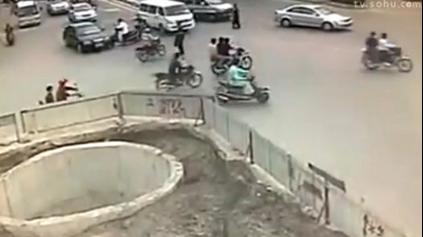 TOTO VIDEO MUSÍTE VIDIEŤ: NELEZ NA MOTORKU AK TO S ŇOU NEVIEŠ!
