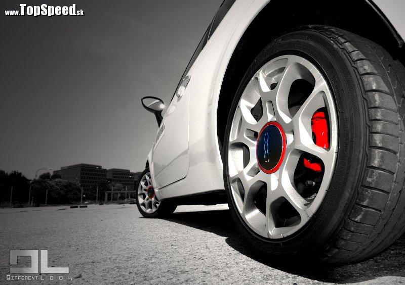 Design, design, design. Fiat 500 udeľuje iným mini autám lekciu designu.