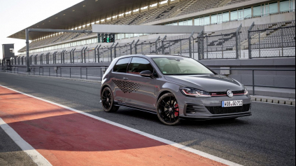 VW Golf GTI TCR na Nürburgringu za Civicom Type R zaostáva