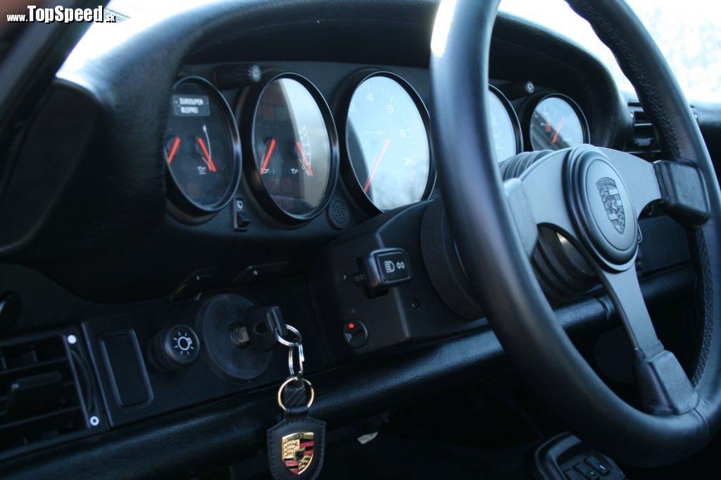 Tradícia je pre Porsche veľmi dôležitá. Každá 911 má spínaciu skrinku vľavo a uprostred budíkov veľký otáčkomer