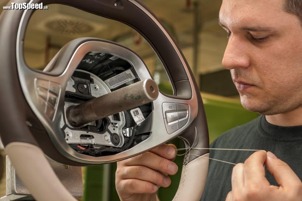 Volant bude dvojramenný a obšívaný ručne. Ako inak...